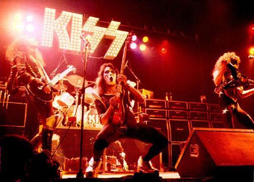Kiss_DressedToKill-live